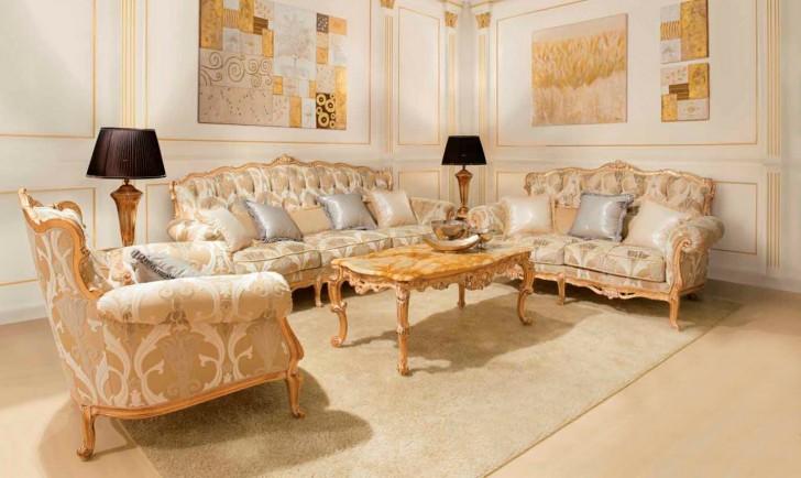 Мягкая мебель с деревянными элементами золотого цвета гармонирует с золотыми панно на стенах.