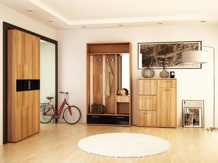 Прихожая с мотивами кантри стиля. Небольшой круглый коврик на полу и фигурные декоративные вазы делают прихожую теплой и уютной.