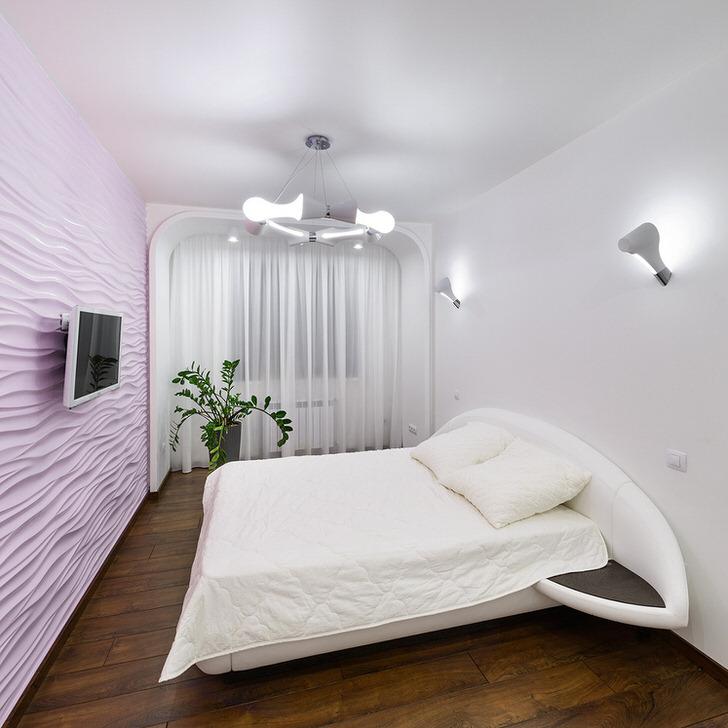 Спальня хай-тек в нежных светлых тонах без лишней мебели.