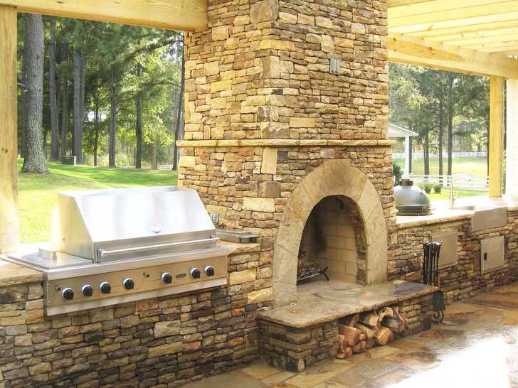 Камин-печь в уютном загородном пансионате.