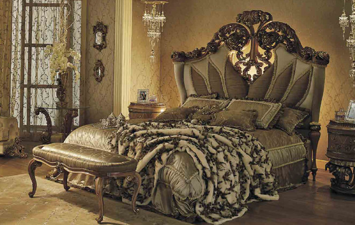 Шикарная кровать в гостевой спальной комнате в барочном стиле в загородном доме в одной из провинций Франции.