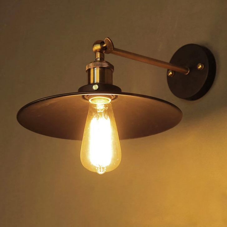 Невзрачный светильник станет яркой деталью спальни в кантри стиле. Ничего лишнего.