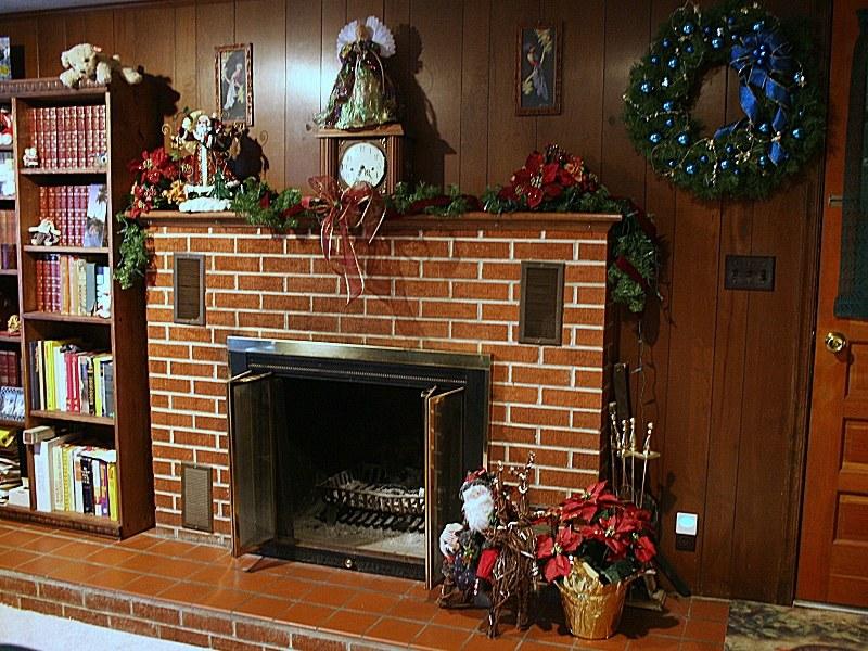 Камин из кирпича в доме на юге Голландии в преддверии Рождества.
