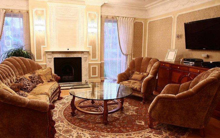 Гостиная в классическом стиле. Диван и кресла располагают в зоне камина.