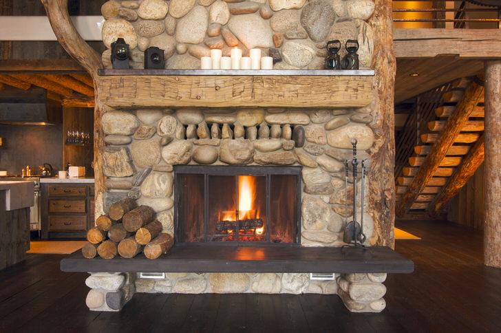 В любом помещении в кантри стиле будет уместен камин, тем более если он оформлен с помощью природных материалов.