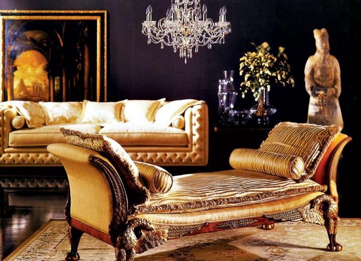 Гостиная в стиле барокко с правильно подобранным декором. Стена за диваном украшена большой картиной в золотой рамке. Внимание также привлекает старинная статуя.