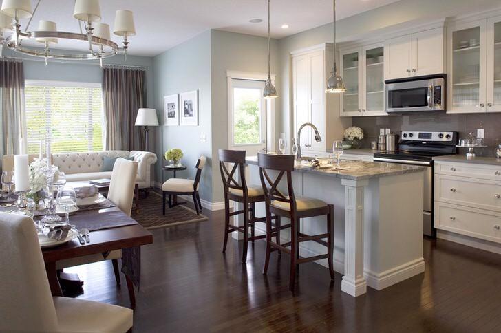 Подобранная в стиль зоны отдыха кухонная мебель не портит общее настроение просторной гостиной.