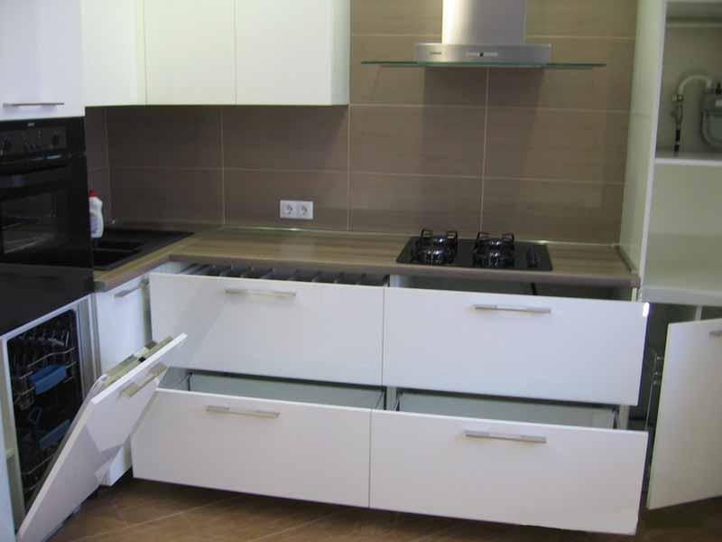 Так можно использовать модульную кухонную мебель для оформления рабочей зоны помещения.