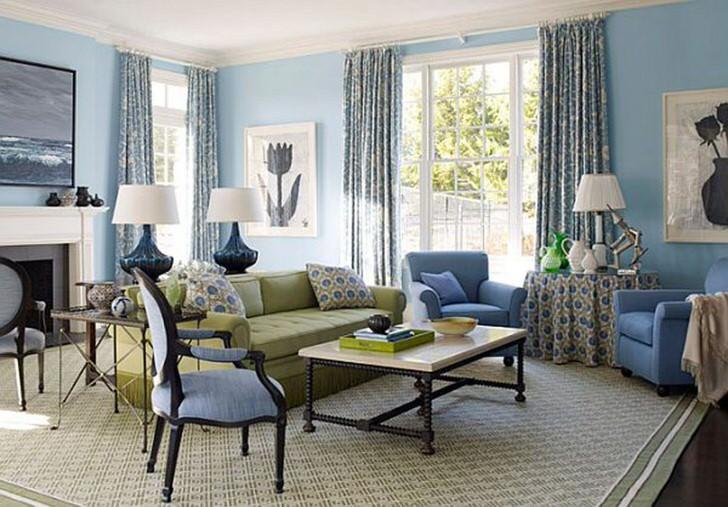 Интересный принт на подушках, шторах и скатерти определяют стиль французский кантри. Комната оформлена в нежном кремовом и голубом цвете.