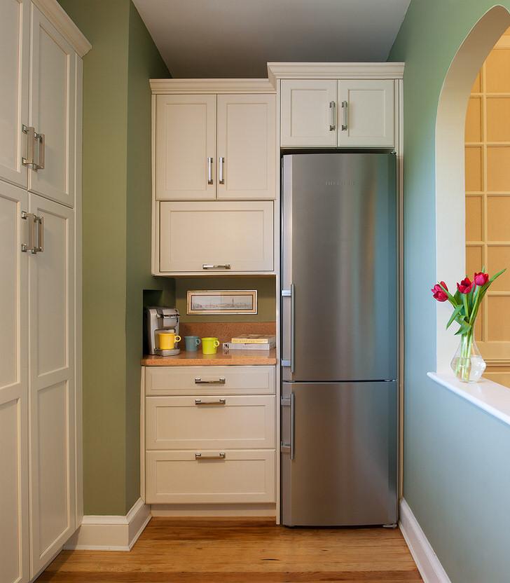 огромный холодильник встроенный в мебель.