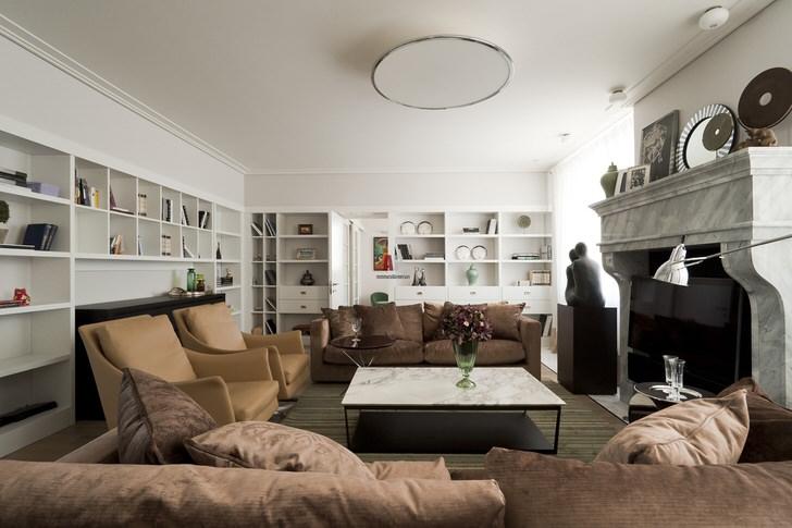 Стены комнаты и ее потолок выполнены в белом цвете, что делает гостиную более просторной и светлой.