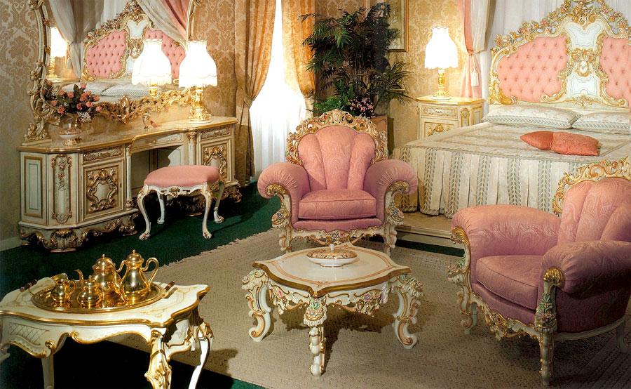 Нежная спальня в барокко стиле с использованием розовых тонов.