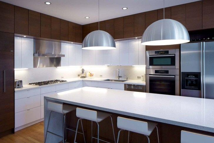 Современный кантри на кухне. Стилю характерно контрастное сочетание цветов и использование множества практичных шкафчиков и навесных ящиков и полок.