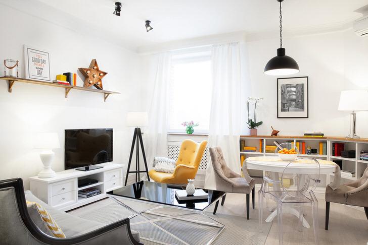 Уютная комната для гостей в стиле эклектика.