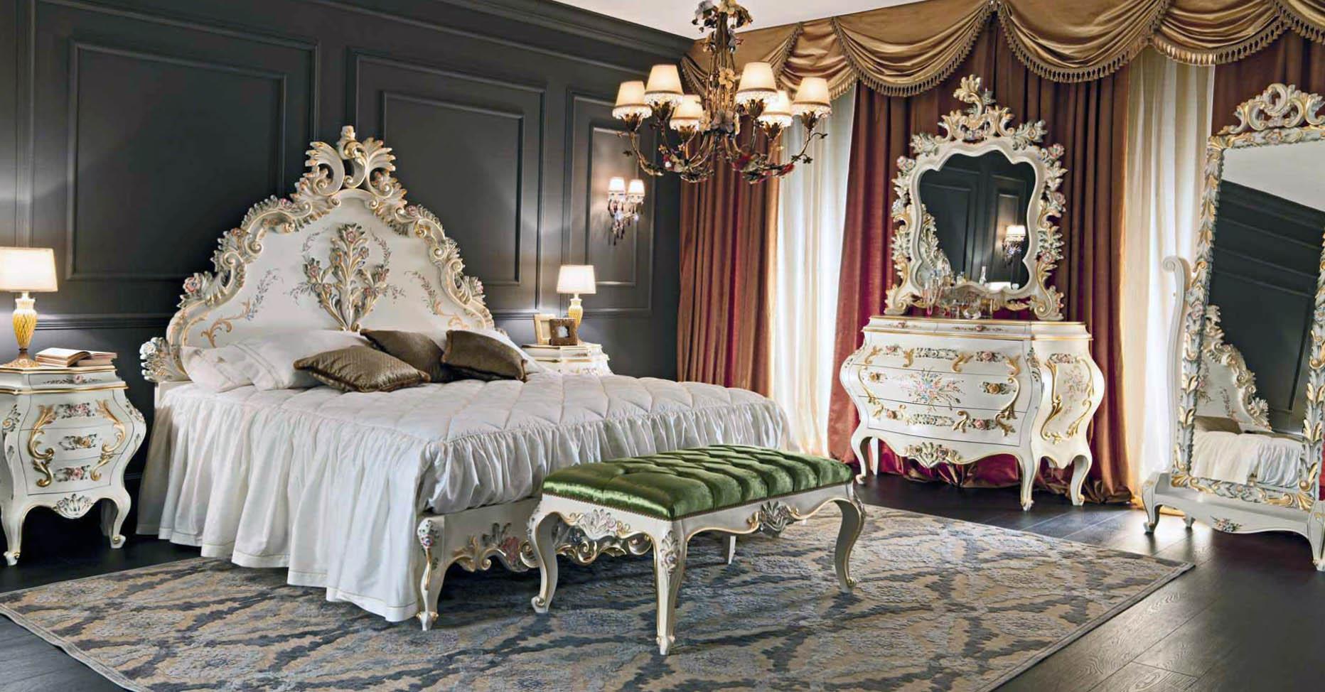 Для оформления спальни использовался контраст темно-коричневых, золотых, красных и белых цветов. Мебель подобрана в соответствии со стилем барокко.