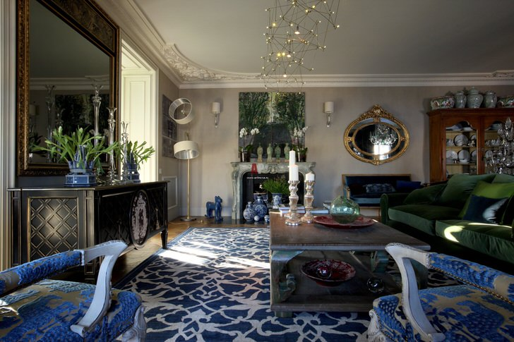 Основным притягивающим взгляд элементом в комнате для гостей стал ковер с ярко-синим орнаментом, который гармонично сочетается с обивкой кресел.