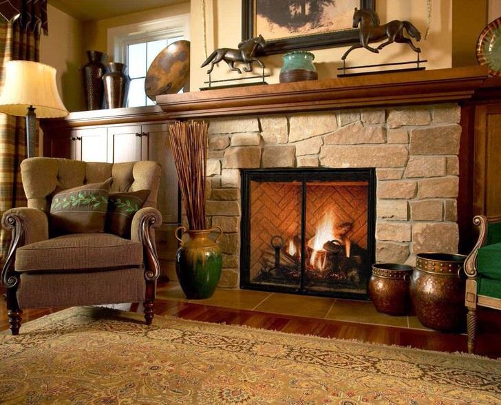 Фальш-портал камина из массивных, грубых камней переносит хозяев и гостей дома в средни века.