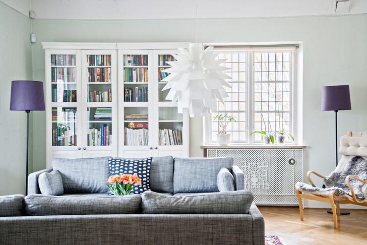Комната в стиле шведский кантри оформлена в холодных кремово-голубых тонах.