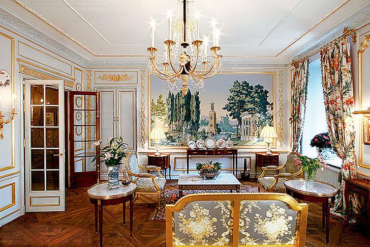 Помпезная комната для гостей. Дизайнер в мелочах продумал интерьер в стиле ампер. Одна из стен украшена большим искусным панно с изображением пейзажа.