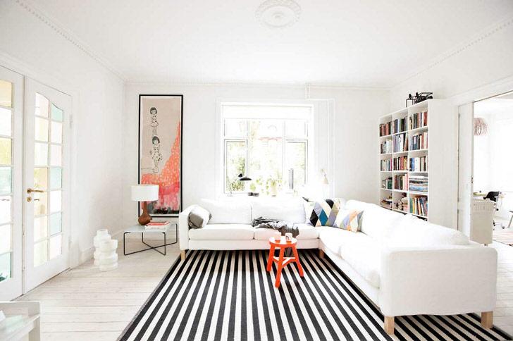 Светлая комната в большом доме на севере Швеции.
