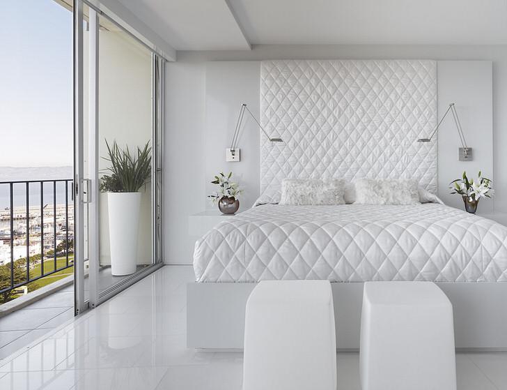 Удивительная белоснежная спальня в отеле на берегу моря. Номер для новобрачных.