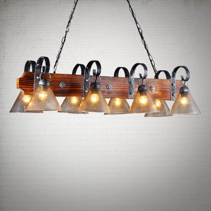 Особая энергетика комнаты в стиле кантри в подавляющем большинстве случаев передается через освещение. Такая люстра идеальна, если говорить о грамотном освещении небольшого помещения прямоугольной планировки.