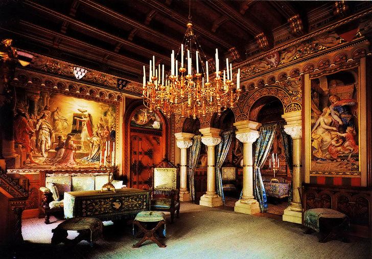 Громоздкая люстра со свечами переносит с гостей зала в прошлый век. Королевские хоромы с колонами и художественными картинами придают помещению еще большей напыщенности.