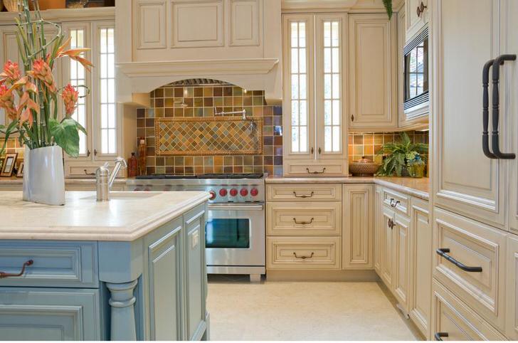 Для кухни в стиле кантри отлично подойдут широкие печки. Автор дизайна гармонично оформил пространство над плитой.