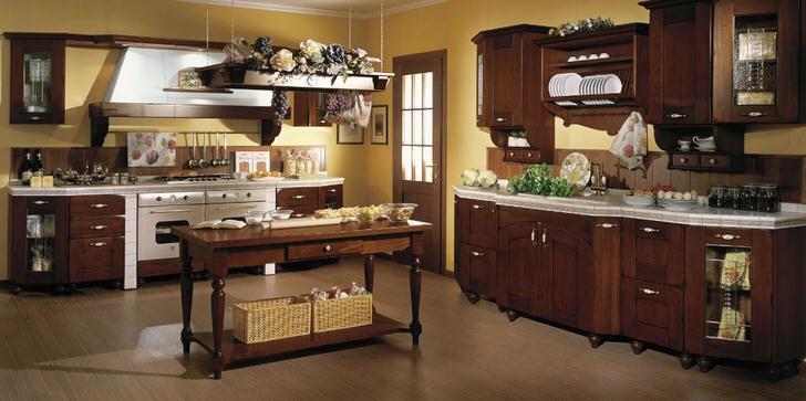 Правильный пример декорирования кухни в кантри стиле. Плетеные корзинки, цветы, декоративные гроздья винограда - создают атмосферу уюта на кухне.