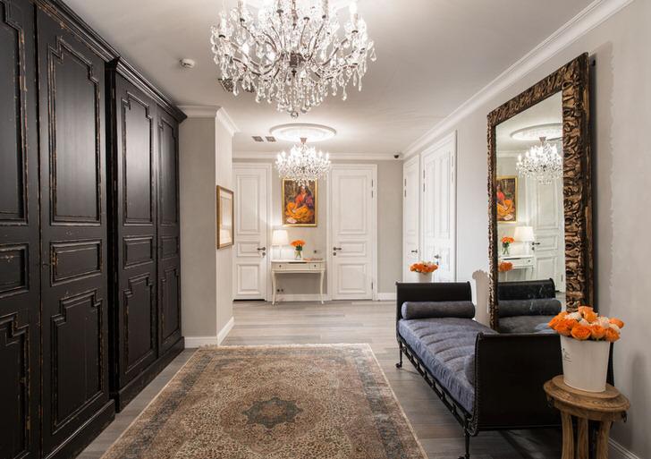 Дизайнерский проект прихожей в стиле кантри для большого дома. Внимание привлекает великолепное зеркало.