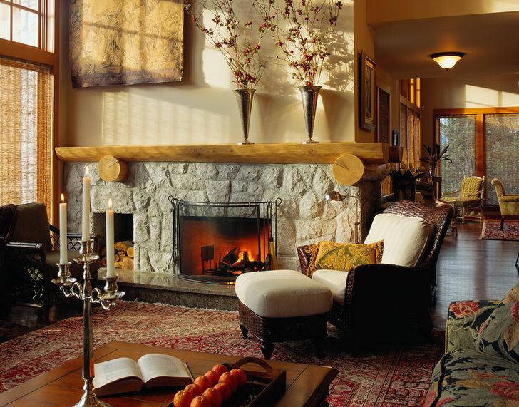 Уютная, по семейному теплая гостевая комната в стиле кантри с камином из природного камня.