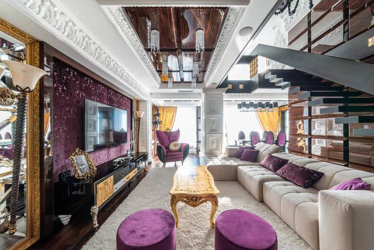 Массивные шторы золотого цвета как нельзя лучше дополняют общий образ гостиной в стиле эклектика.