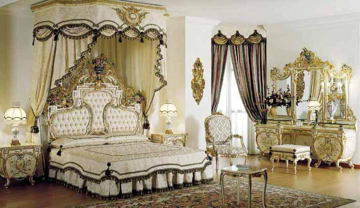 В центре композиции стоит кровать с балдахином. В соответствии со стилем барокко в комнате стоит массивное трюмо с отделкой золотого цвета.