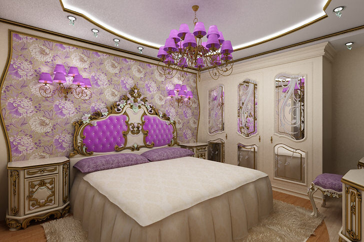 Элегантная спальня барокко с интересным акцентом на освещении. Люстра и прикроватные светильники с одинаковыми фиолетовыми плафонами гармонично сочетаются с обивкой спинки у изголовья кровати.
