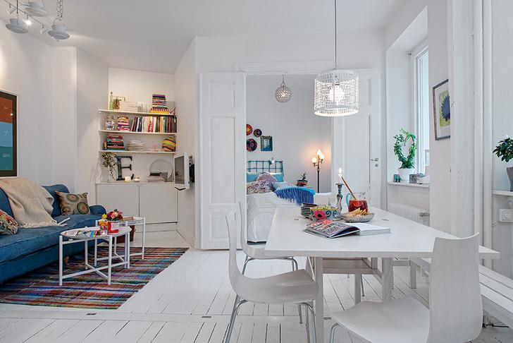 Для оформления комнаты в стиле кантри используются свечи, книги на полках, подушки и пледы. Рукодельницы могут создать свои атрибуты декора в данном стиле, например, наволочки или одеяла пэчворк.
