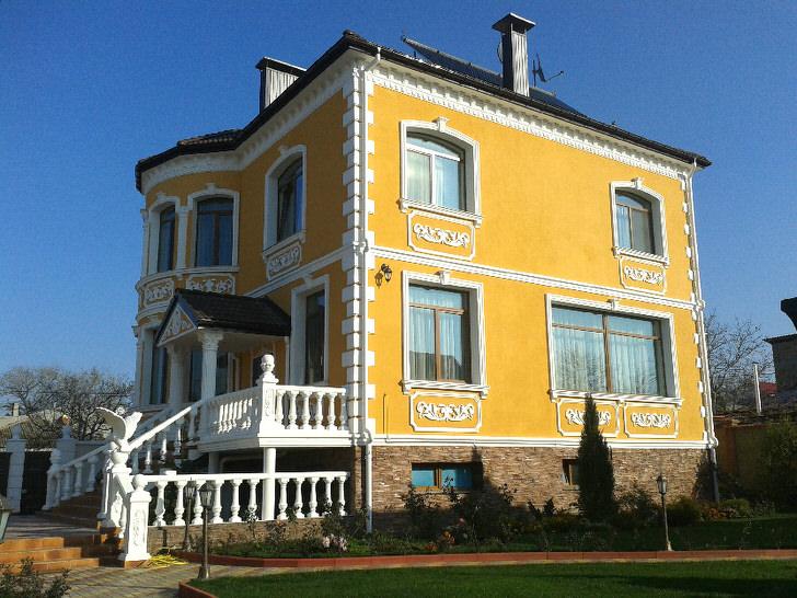 Фасад здания украшен лепниной из гипса. Удачный вариант украшения для загородного особняка.