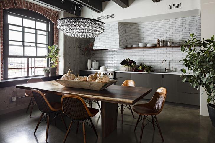 Стиль лофт, который ранее еще назывался промышленным, отлично смотрится в просторной светлой кухне.