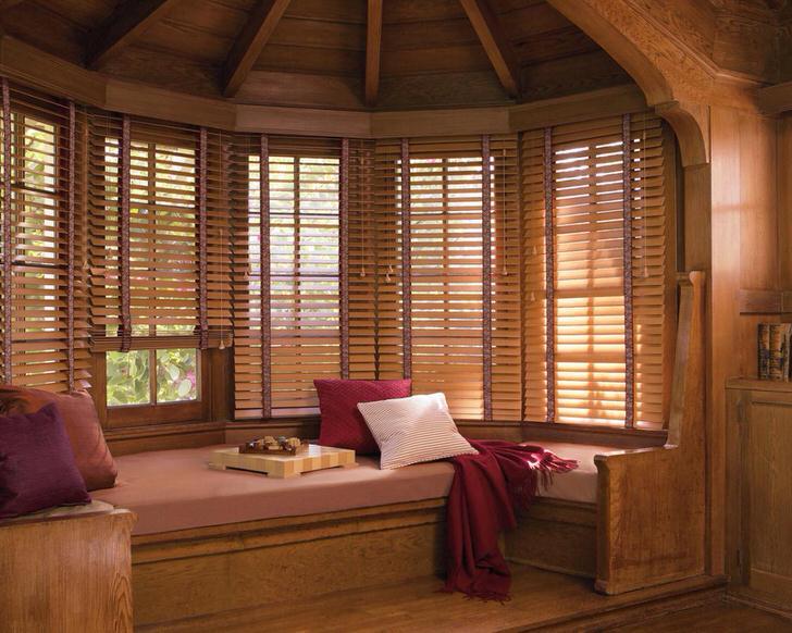 Деревянные жалюзи на окнах создают атмосферу деревенского тепла и уюта.
