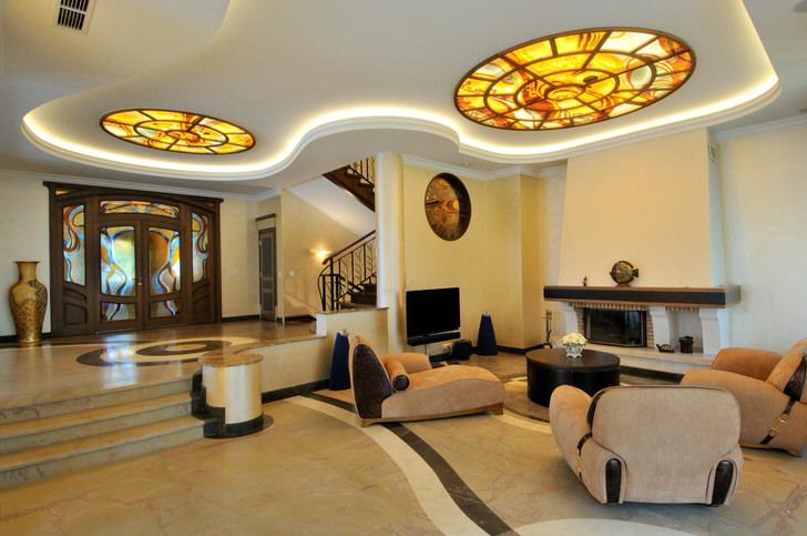 Гостиная в стиле модерн интересна витражами на потолке. Правильно подобранное освещение делает комнату для гостей более просторной.