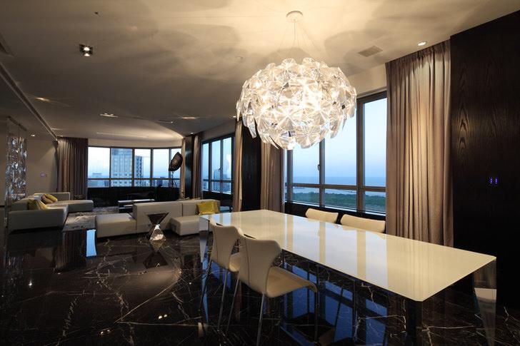 Массивная люстра для гостиной в стиле хай-тек дает достаточное количество света. Футуристический дизайн - стильное решение для интерьера.