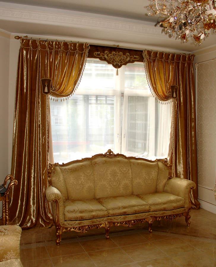 Золотые переливающиеся шторы в тандеме с ламбрекенами считаются изысканным элементом стиля барокко.