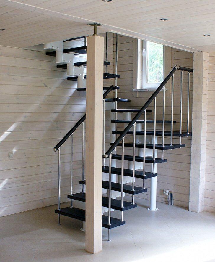 Оптимальный вариант элегантной модульной лестницы для дома построенного из светлого дерева.
