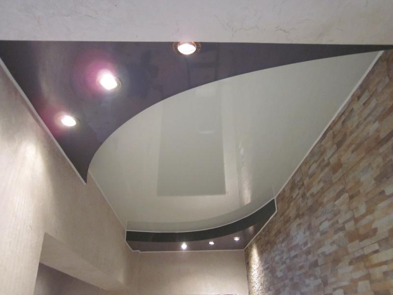 Двухуровневый натяжной потолок черно-белого цвета для просторного холла - правильное решение для городской квартиры.