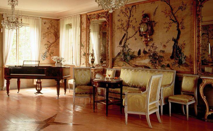 Роскошная гостиная в ампир стиле примечательна изысканной отделкой. Владелец дома, скорее всего, любит играть на рояле, который также удачно вписывается в общую картину интерьера.