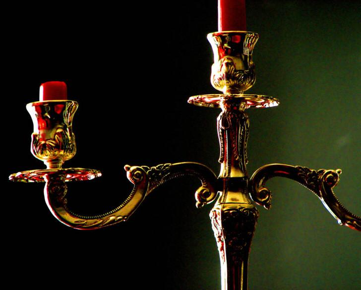 Классический канделябр из бронзы станет украшениям для интерьера в стиле барокко или ампир.