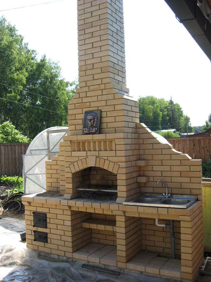 Уличный камин из кирпича - функциональное украшение любого двора.