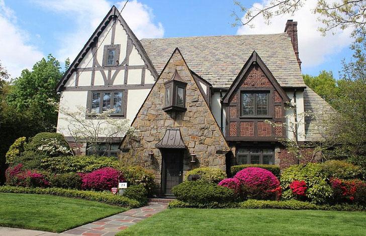 Фасад дома в английском стиле с элементами готики. Примечательно также оформление двора, которое в союзе с домом, смотрится непревзойденно.