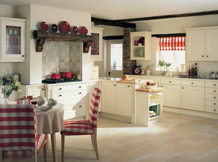 Романтическая, теплая атмосфера царит на кухне в деревенском стиле.