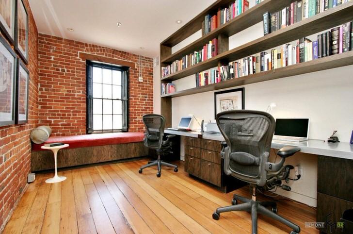 Кабинет небольшой компании выполнен в соответствии со стилем лофт. Множество навесных полок позволяют разместить огромное количество практической литературы и документации.