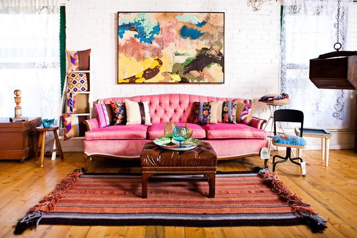 Гостевая комната в доме творческого человека. Стиль эклектика идеален для неординарных личностей, которые любят яркие краски.